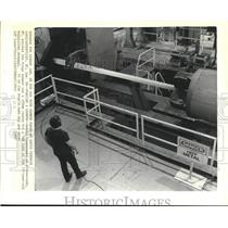 1990 Press Photo Dennis Ciesznski watches the forge hammer a cannon Watervliet