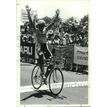 1990 Press Photo Men's winner raises arms across finish line of bicycle race