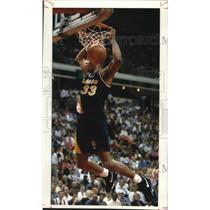 1994 Press Photo Indiana Pacers basketball player, Antonio Davis, slams ball