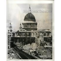 1942 Press Photo Bomb Nazi air raider St Paul cathedral - RRX72179