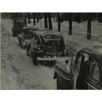 1947 Press Photo one lane cleared of snow causing a traffic jam in Wisconsin