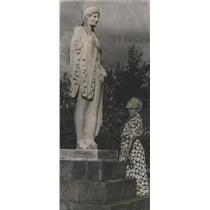 1951 Press Photo Mrs. Benjamin Fitzpatrick at statue near Wetumpka, Alabama