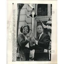 1967 Press Photo Stan Musial Passes Torch to WIlma Rudolph at Fair in St. Louis