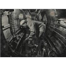 1975 Press Photo Tunnel worker prepares pipes for concrete - mjc28487
