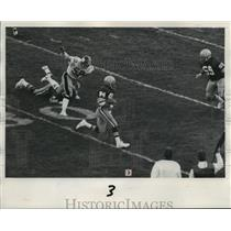 1975 Press Photo Odom goes by Jack Ham during Steelers-GBP football game