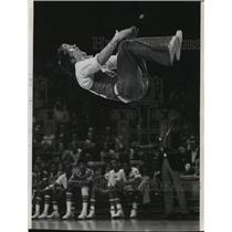 1975 Press Photo Marquette University cheerleader John Gibbel wows the crowd