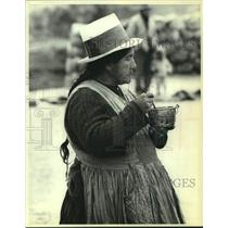 1979 Press Photo Woman eating during the Sunday market in Peru - mjc34012