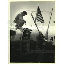 1982 Press Photo Crewman has a look at engine at EAA Convention in Oshkosh