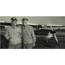 1985 Press Photo Twin brothers Dale and Dean Crites stand with an airplane