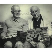 1985 Press Photo Pilots Dale & Dean Crites looking at photos - mjc31280