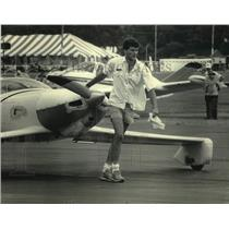 1986 Press Photo Bill Carruthers pulls his plane at Wittman Field, Wisconsin
