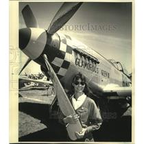 1986 Press Photo Connie Bowlin & her World War II-era P-51 Mustang - mjc29631