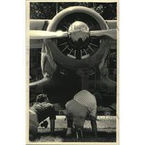 1987 Press Photo 1935 Beechcraft Staggerwing examined at EAA Fly-In at Oshkosh