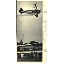 1987 Press Photo Acrobats Bob & Pat Wagner wing-walking at EAA Fly-In