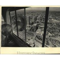 1987 Press Photo Ben Barkin onboard the Fuji blimp above over Wisconsin