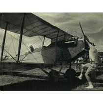 1987 Press Photo Rick Leyes pulls on propeller of 1918 Curtis Jenny, Oshkosh
