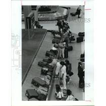 1990 Press Photo Passengers pick up baggage at Houston Intercontinental Airport
