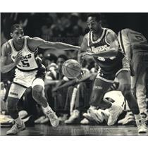 1991 Press Photo Lakers basketball's Tony Smith vs. the Bucks' Lester Conner