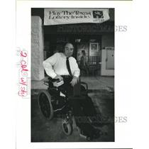 1992 Press Photo Ronnie Carr outside non-handicapped accessible store in Houston