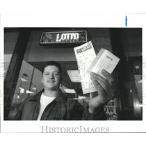 1992 Press Photo Thomas Broadway bought lottery tickets at Houston Stop N Go