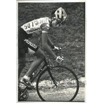 1992 Press Photo Dede Demet in her bicycle racing gear in a race looking back.
