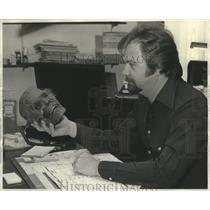 1976 Press Photo Mike Nahay, toupee maker & prop artist holds a latex skull