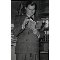 1943 Press Photo Michael Todd producer reads Alvin NY - RRW82149