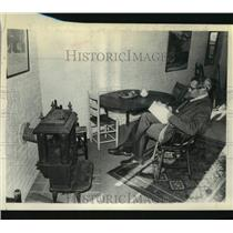 1972 Press Photo Man relaxes by old stove at home, Chestnut St, Albany, NY