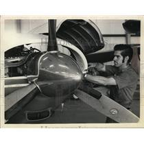 1972 Press Photo Leo Burke, mechanic, works on Beech plane for Page Airways