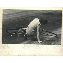 1980 Press Photo Bicyclist slips in oil slick on Pearl Street, Albany, New York