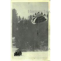 1980 Press Photo Parachutist being towed by Jeep in New York - tua20537