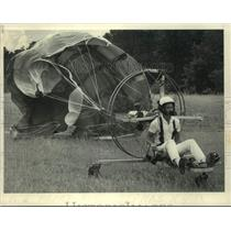1984 Press Photo Ultralight pilot with billowing parachute in New York