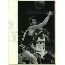 1985 Press Photo San Antonio Spurs and Utah Jazz play NBA basketball - sas17527
