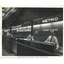 1987 Press Photo Employee behind Metro Airlines ticket counter - hca41787