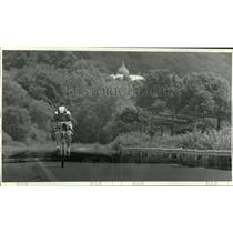 1990 Press Photo Mike Mansfield rides in solo time trial race in New York