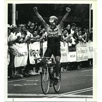 1990 Press Photo Winner Bob Mionske raises fists after bicycle race in Albany