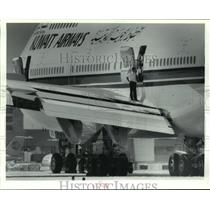 1993 Press Photo Kuwait Airways crew examines wing damage - hca43251