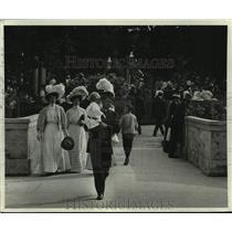 1915 Press Photo Elegantly dressed folks on a Sunday stroll at Lake Park