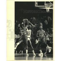 1986 Press Photo Milwaukee Bucks basketball's Ricky Pierce fight for the ball