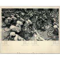 Press Photo Bicyclists at the start of a road race in New York - tus00904