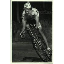 Press Photo Bicyclist Nat Reiss rounds corner during race - tus04828