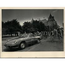 Press Photo Pace car leads bicyclists at start of Albany, New York road race