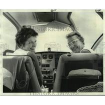 1976 Press Photo Pat Jetton and Elinor Johnson Prepare For Powder Puff Derby