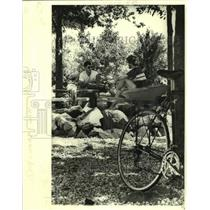 1979 Press Photo Bicyclists Take A Break From Riding, Linear Park - nob69380