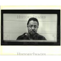 1988 Press Photo Romiro Lorando talks to a reporter from Vermillion Parish Jail.