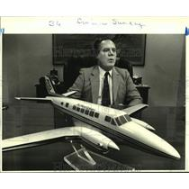 1988 Press Photo Tony Jobe, Founder Of Air New Orleans, With Model Aircraft
