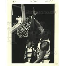 1979 Press Photo New Orleans Jazz Spencer Hayward Slams Past Cavs Jim Chones