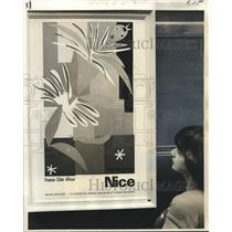 "1976 Press Photo Hanaba Munn admires Nice's Musee Matisse, ""La Danseuse Creole"""