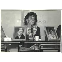 1992 Press Photo V. Mathews talks about her two sons that were killed in Oregon