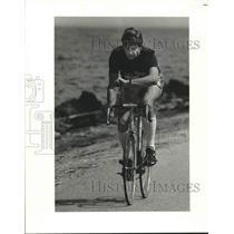 1982 Press Photo James Maxwell biking along the Lakefront - nob75498